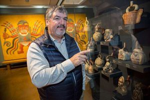 Luis Castillo presenting Moche artefacts (by PhysOrg)