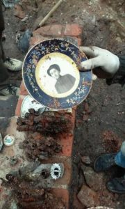 Plates discovered among the finds (by TVN Warszawa)