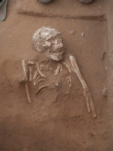 Philistine burial (by Haaretz)