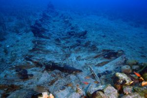 A shipwreck on the bottom of the sea at Fourni (by LiveScience)
