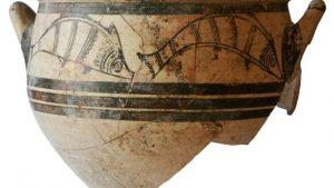 Mycenaean vessel with fish motifs from the grave (by Haaretz)