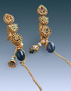 Earrings from the tomb (by Live Science)