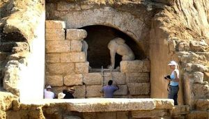 Entrance to the Amphipolis tomb (by Greek Reporter)