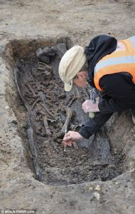 Exploration of a coffin grave (by Museum of London Archaeology)