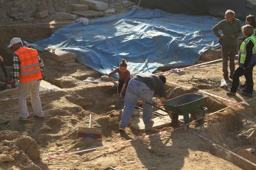 Discovery of a 2400-year-old chamber with over hundred artefacts