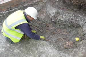 Excavation of a burial at the site (by University of Leicester)