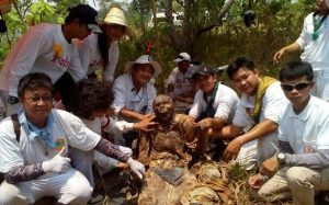 The corpse unearthed in Mukdahan in Thailand (by Exclusivepix Media via Mirror Online)