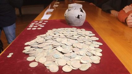Pottery vessel full of coins of King Wenceslas IV discovered